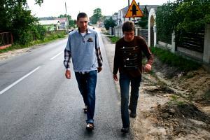 Piękni młodzieńcy w drodze na mszę