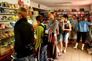 Tradycyjna pielgrzymkowa kolejka w sklepie tuż przed wyjściem