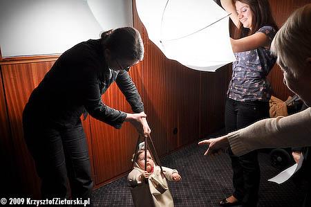 Żywy statyw nad dzieckiem w ulubionej torbie